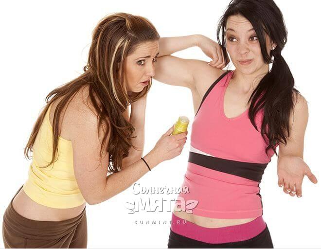 Девушки морщатся от неприятного запаха пота, фото