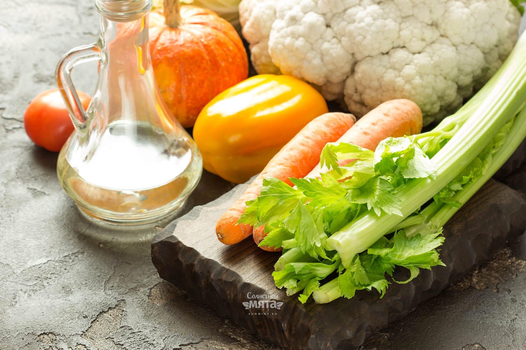 Морковь и растительное масло на столе, фото