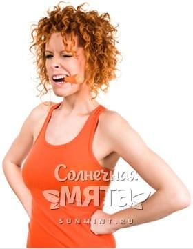 Возмущенная девушка с морковкой-сигаретой во рту, фото