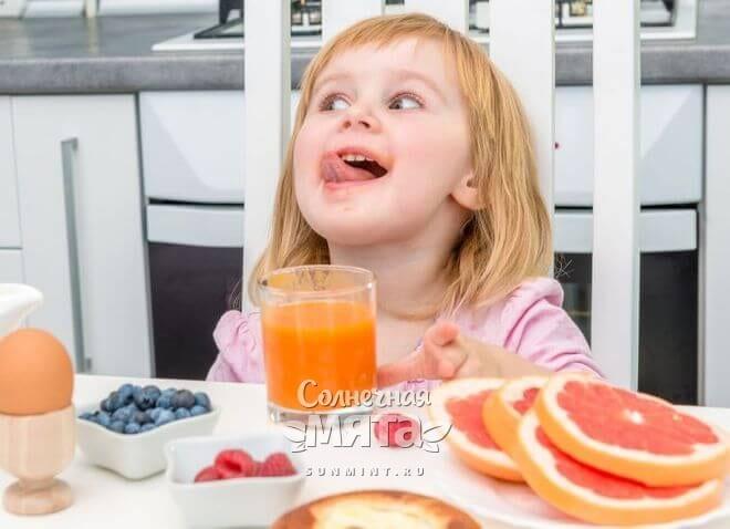 Девочка в восторге от апельсинового сока, фото