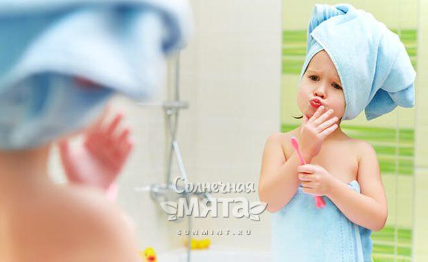Маленькая девочка решает, чистить ли зубы, фото