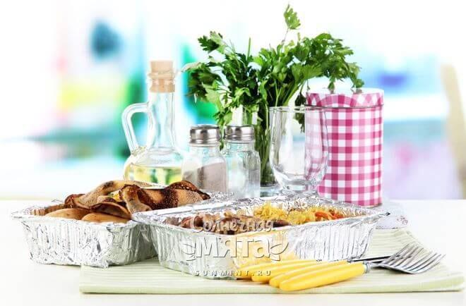Блюдо, приготовленное в фольге, на столе, фото