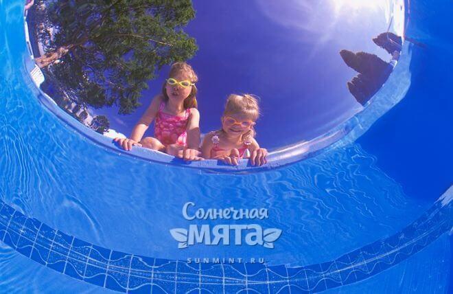 Дети смотрят в бассейн, фото