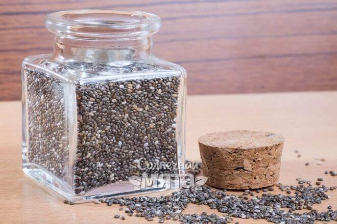 Хранятся семена чиа в стеклянной банке