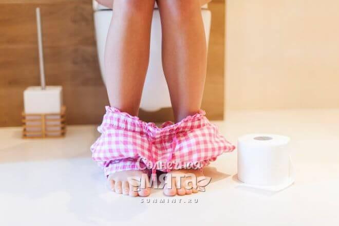 Девушка сидит на унитазе, фото