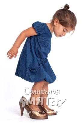 Маленькая девочка надела мамины туфли, фото