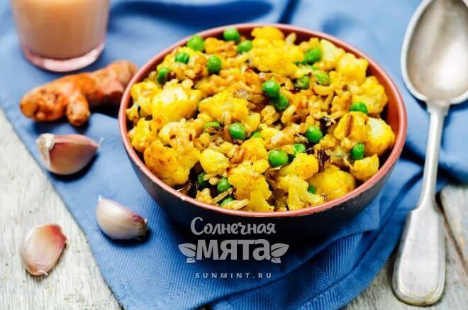 Куркума красит блюда в желтый цвет