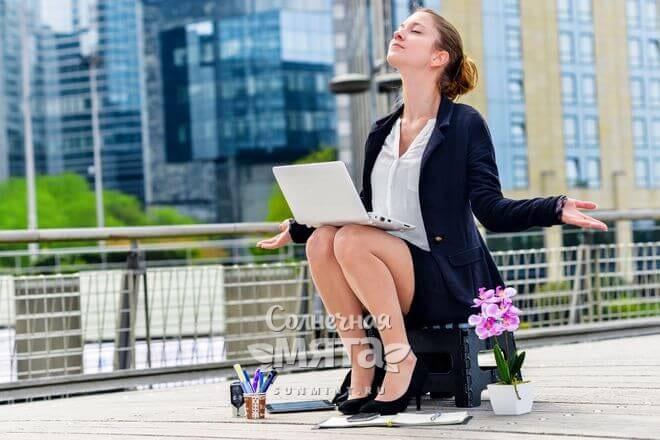 Девушка-менеджер отдыхает на крыше офисного здания, фото