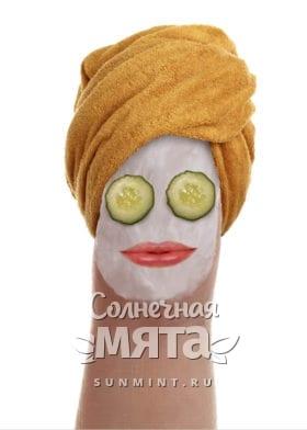 Палец в виде лица женщины с маской из витамина E, фото