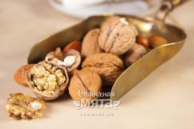 Орехи в медном лотке, фото