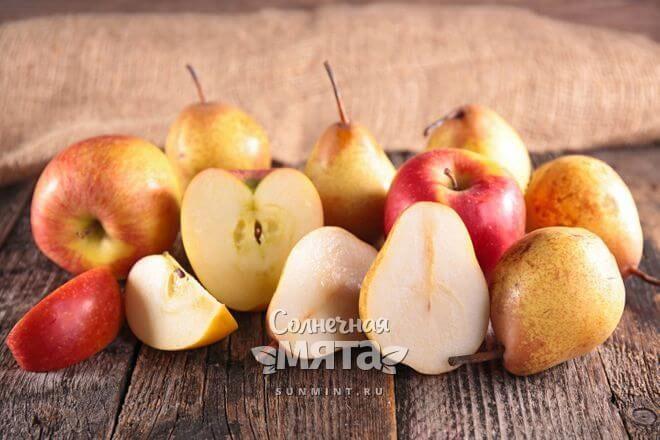Яблоки и груши на столе, фото