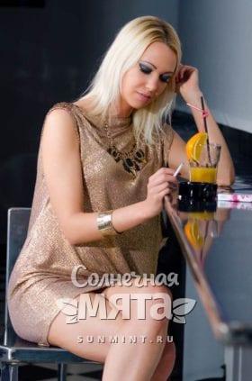 Девушка у барной стойки с апельсиновым коктейлем, фото