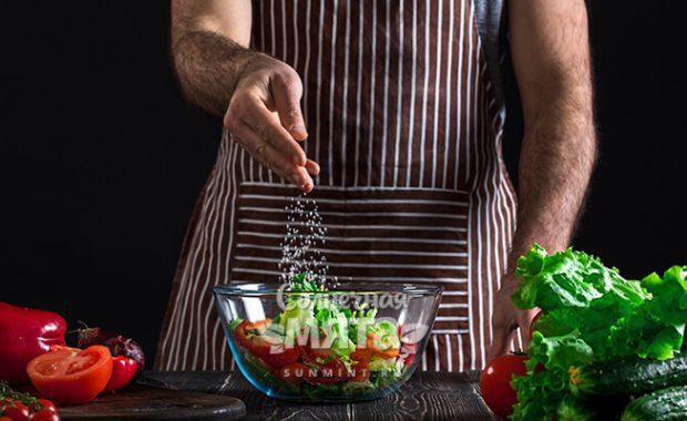 Повар солит салат, фото