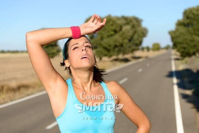 Уставшая бегунья на дороге, фото