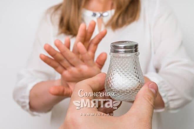 Девушка отказывается от соли, фото