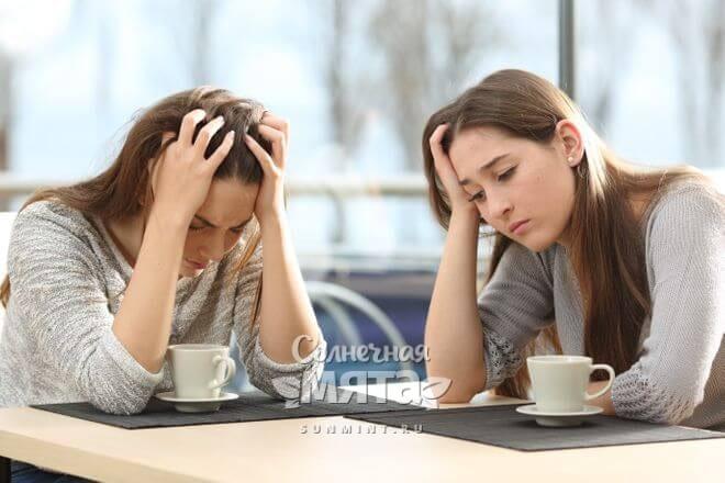 Две невыспавшиеся девушки за чашкой кофе, фото