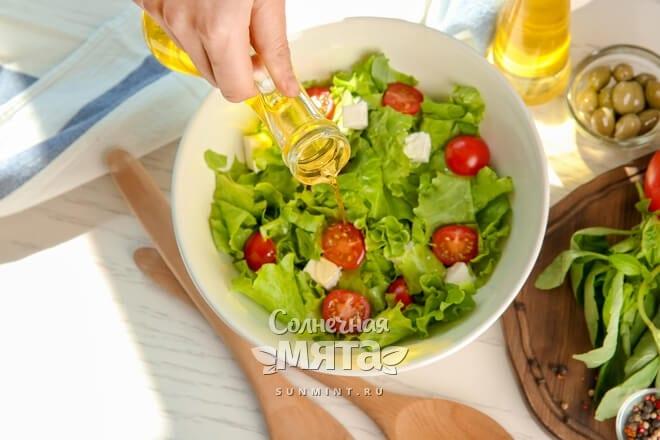 Оливковым маслом заправляют салаты