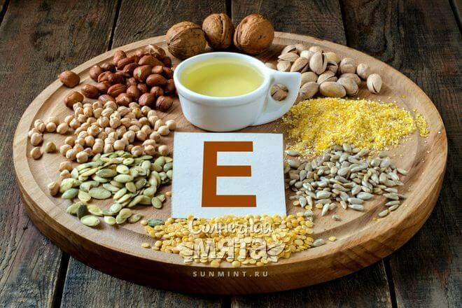 Продукты, богатые витамином E, на столе, фото