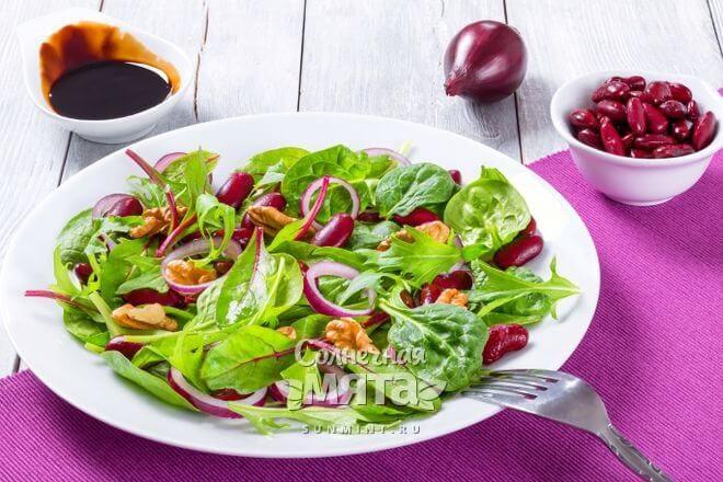 Салат из свеклы и зелени с витамином B9, фото