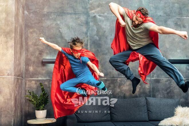 Отец с сыном играют в супергероев, фото