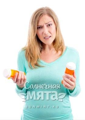 Девушка с синтетическим витамином E в руках, фото