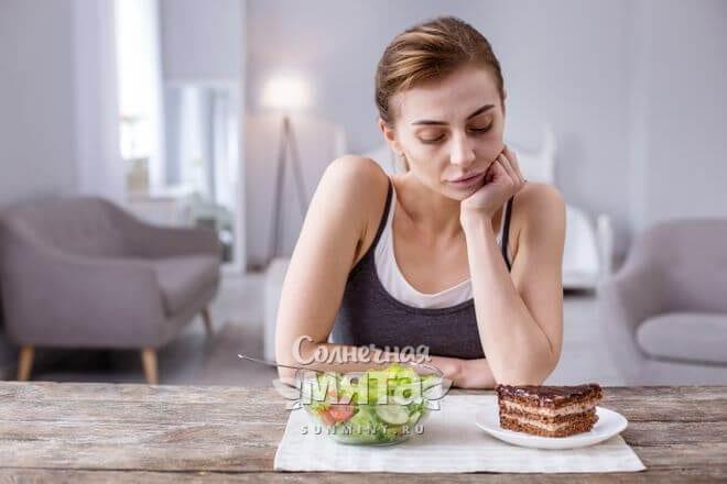 Женщина выбирает между тортом и салатом, фото