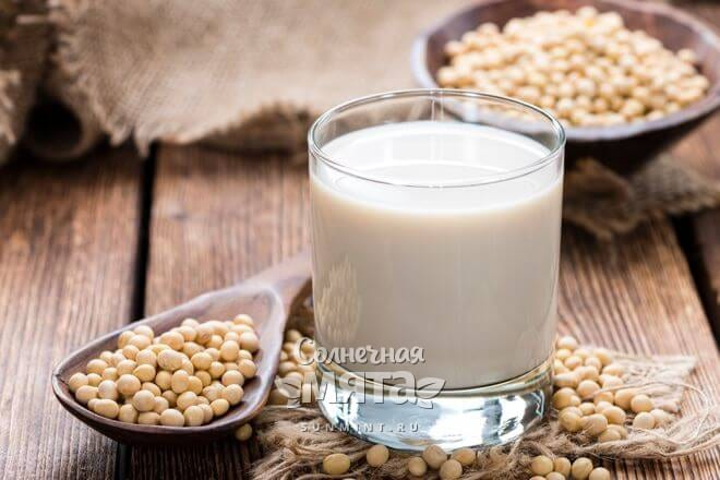 Соевым молоком заменяют коровье
