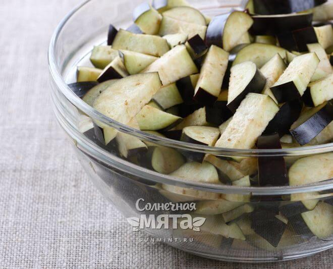 Из нарезанного баклажана легко давить сок