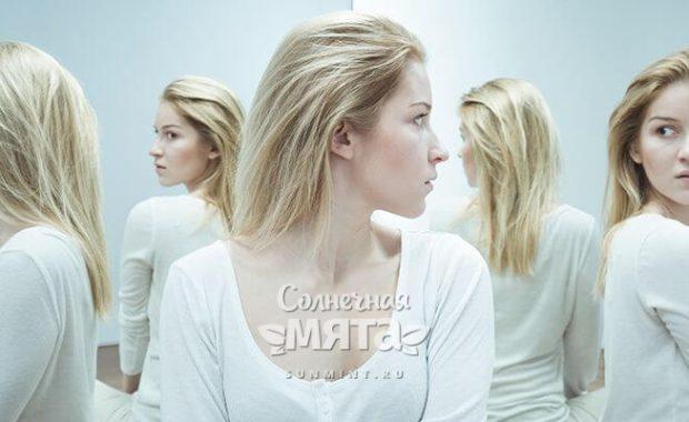 Обеспокоенная женщина видит свое отражение в зеркалах, фото