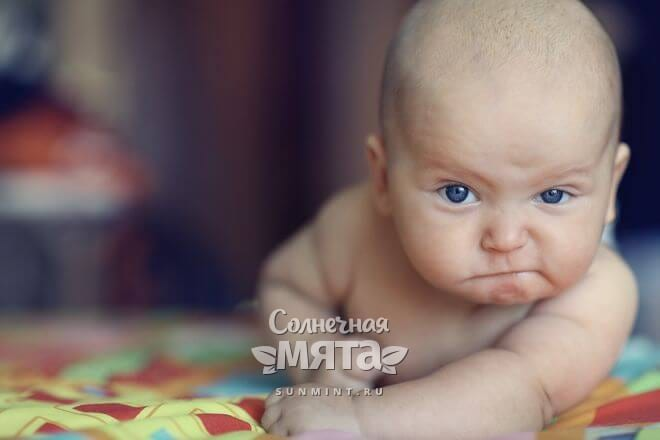 Маленький младенец строит из себя грозного мужчину, фото