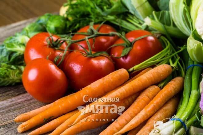 Витамин U в моркови и овощах на столе, фото
