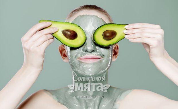 Девушка в гриме инопланетянки с авокадо на глазах, фото