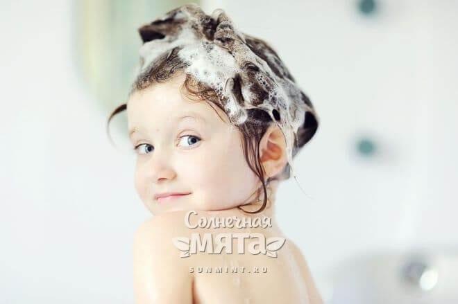 Забавная девочка сидит в ванне с мокрыми волосами, фото