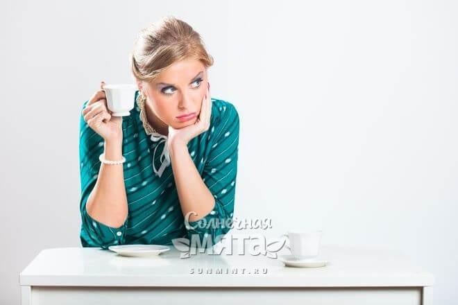 Молодая женщина думает, пить ли чай, фото