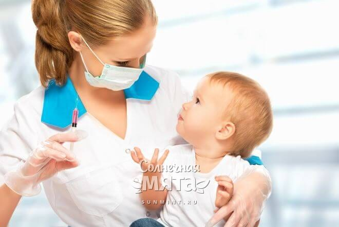 Маленький ребенок против прививки, фото
