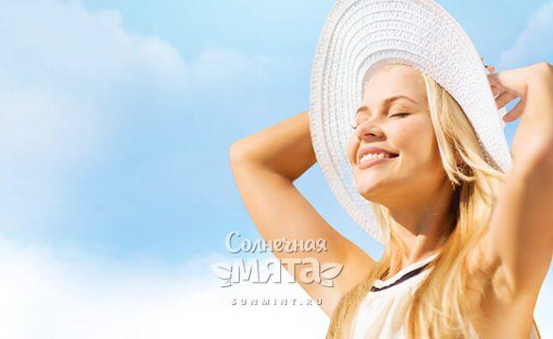 Блондинка в шляпе улыбается солнцу, фото