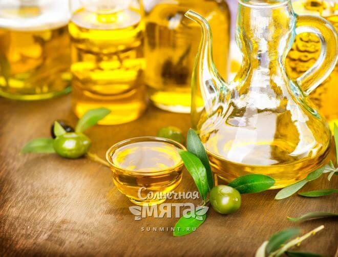 Бутылки с растительными маслами на столе, фото