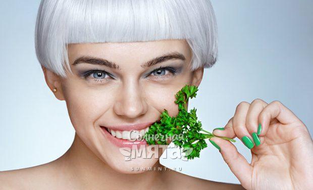 Модная и стильная девушка ест петрушку, фото