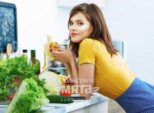 Девушка на кухне ест банан, фото