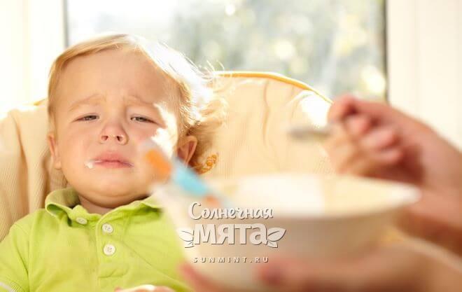 Маленький мальчик не хочет есть кашу, фото