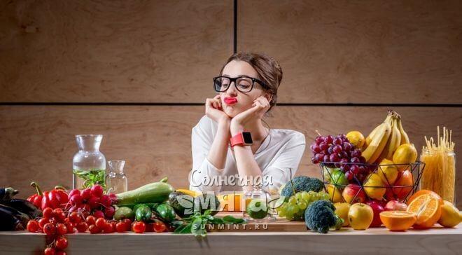 Девушка решает, что съесть, фото
