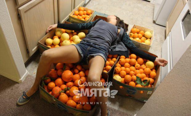 Девушка лежит на коробках с фруктами, фото