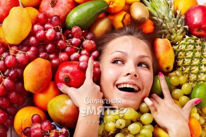 Девушка окружена фруктами со всех сторон, фото