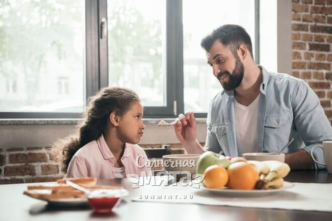 Дочка не хочет есть папину кашу, фото