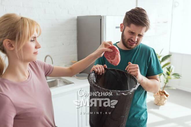 Пара сыроедов выкидывают мясо в мусорку, фото
