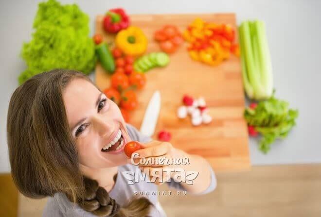 Счастливая девушка ест овощи, фото