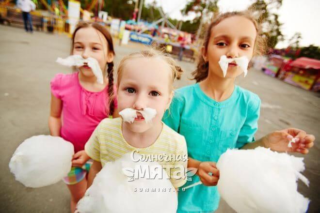 Девочки играются с сахарной ватой, фото