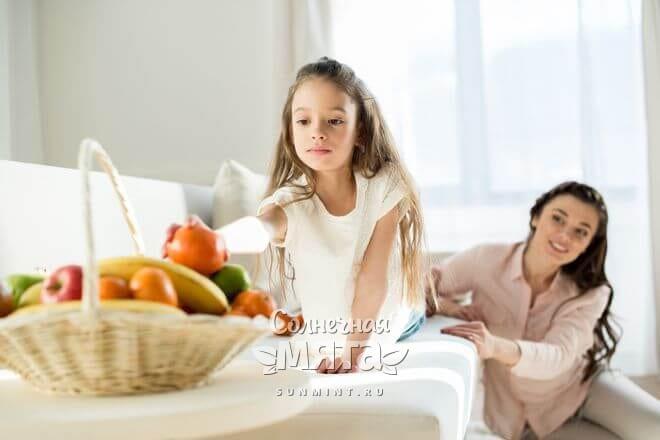 Дочка тянется за фруктами, фото
