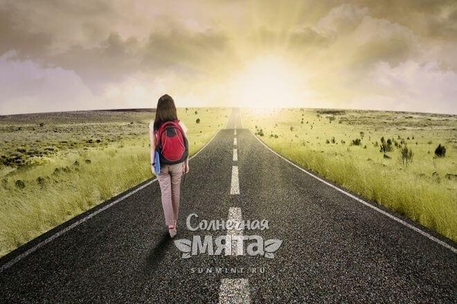 Девушка с ранцем идет по дороге в горизонт, фото