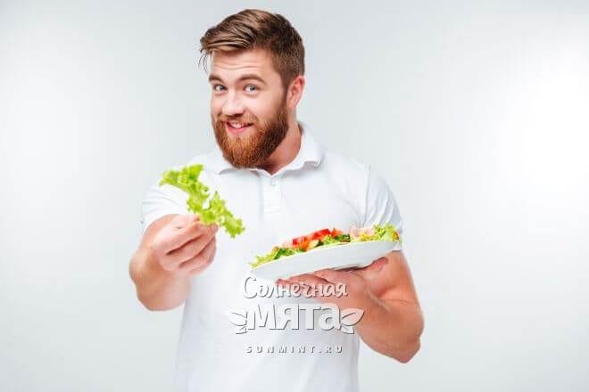 Мужчина предлагает съесть салат, фото